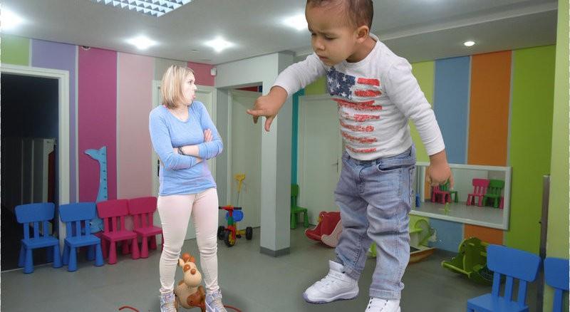 Montage photo originale  d'enfants géants et de parents liliputiens