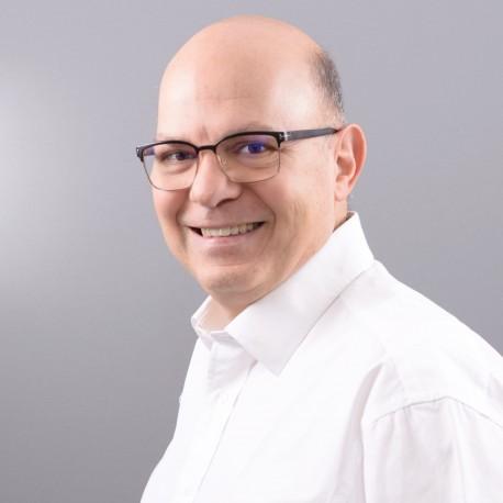 LinkedIn Casual en chemise blanche